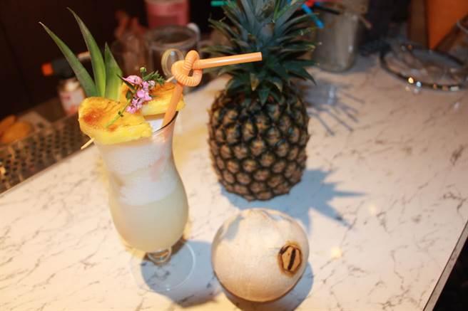 首波里和風洋食餐酒館提供客製化調酒服務,常有客人指定調酒冰沙「椰島戀情」。(何冠嫻攝)