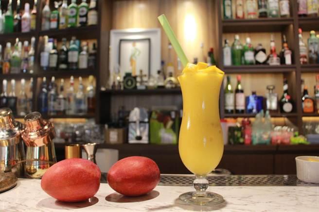 首波里和風洋食餐酒館「芒果冰沙」選用新鮮愛文芒果,為夏日熱銷品項。(何冠嫻攝)